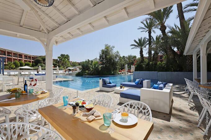 Déjeuner face à la piscine du Palmeraie Resort Marrakech