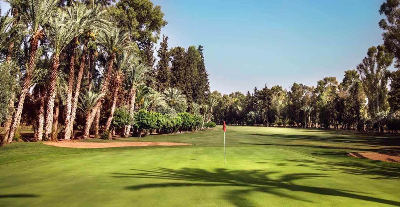 Golfeurs en stage avec vue sur l'Atlas au Royal Golf de Marrakech