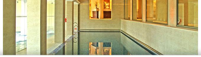 La piscine intérieur du Spa